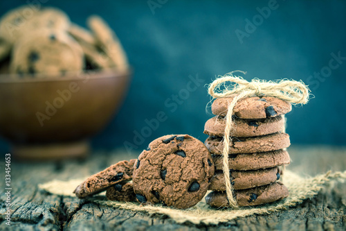 In de dag Koekjes Still life of Close up stacked chocolate chip cookies on napkin