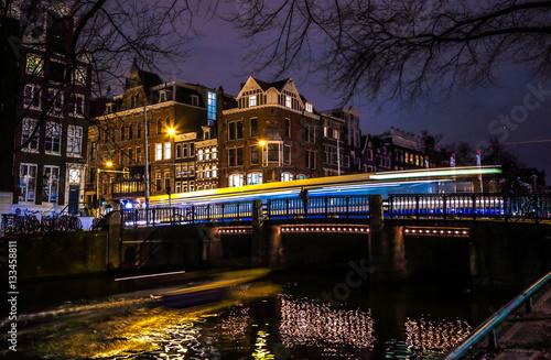 Türaufkleber London roten bus AMSTERDAM, NETHERLANDS - JANUARY 08, 2017: Trams drives by old bridge in Amsterdam city at night. January 08, 2017 in Amsterdam - Netherland.
