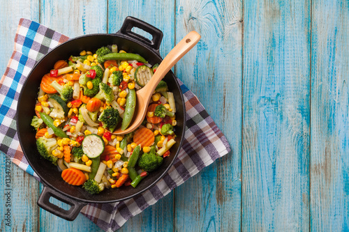 Fotografía  Mix of vegetables fried in a wok.