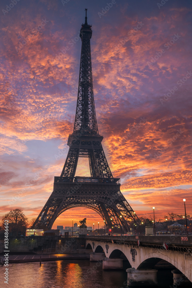 Fototapeta The Eiffel tower at sunrise in Paris