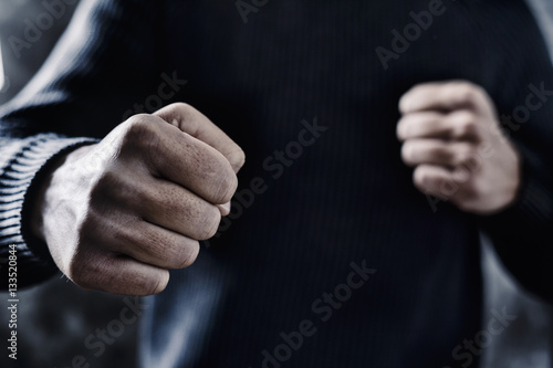 Photo young man with a threatening gesture