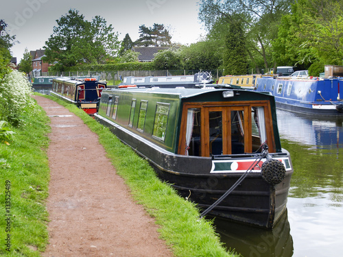 Fotomural Mooring narrowboats at the towpath side in Penkridge on the Staffordshire and Wo