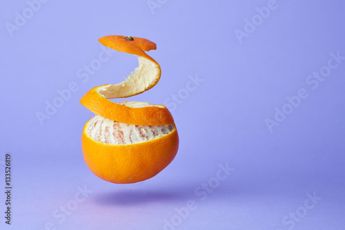 Valokuva  arancia sospesa con buccia alzata
