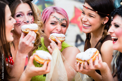 Fotobehang Carnaval Frauen an Fastnacht essen zusammen Kreppel oder Pfannkuchen