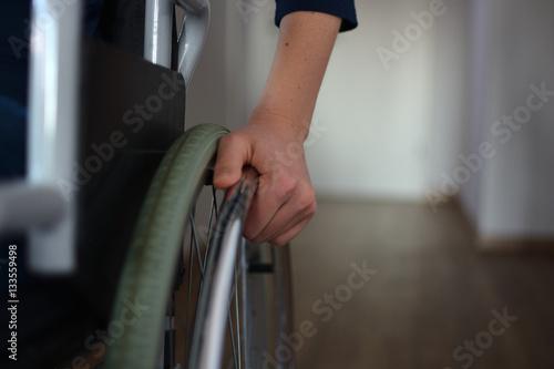 Foto  Junge Frau im Rollstuhl