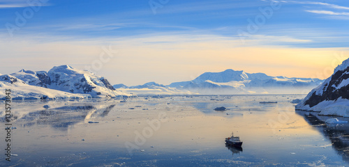 Valokuva  Neco bay surrounded by glaciers and cruise vessel drifting slowl