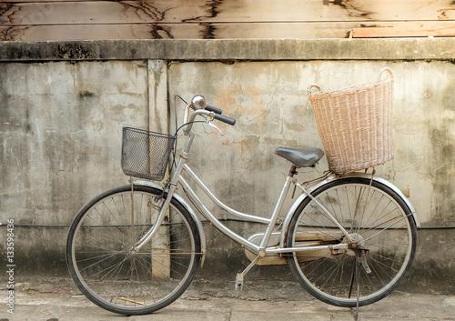Türaufkleber Fahrrad old bike on vintage wall