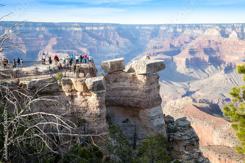Montage in der Fensternische Schlucht Grand Canyon, South Rim, crowd of tourists