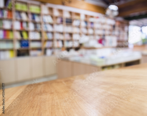 Table top Counter with Blurred Bookshelf Bookstore Background Tableau sur Toile