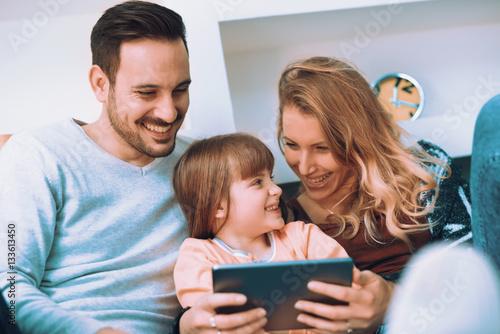 Zdjęcie XXL Szczęśliwe młode rodzinne dopatrywanie kreskówki na pastylce