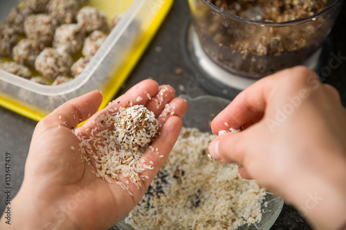 Fotomural Closeup of woman's hands making healthy sweet treats
