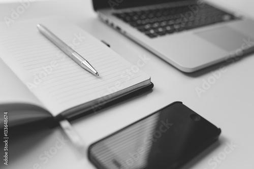 Bureau travail vie ordinateur portable stylo smartphone noir et