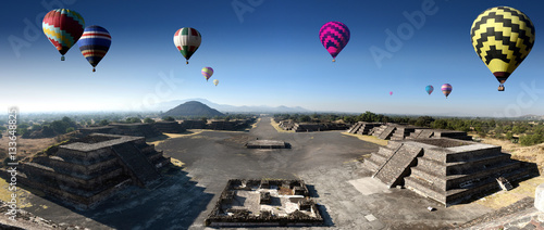 Tuinposter Rudnes panoramic view of the ruins of Teotihuacan with colorfull ballons in a sub valley of Mexico - The Avenue of the Dead and the pyramid of the sun seen from the pyramid of the moon
