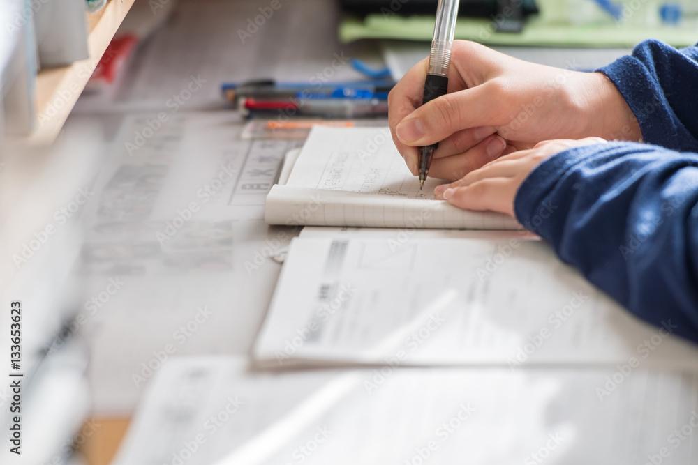 Fototapeta 受験勉強をする中学生