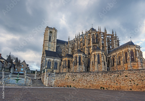 Fotografía Saint Julian of Le Mans Cathedral seen from the southeast, from Place des Huguenots, the heavy sky is at background