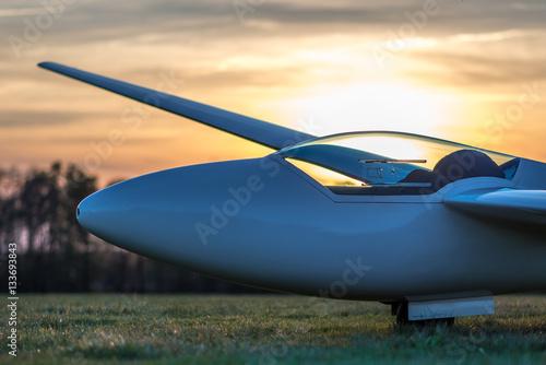 Segelflugzeug im Abendlicht am Boden