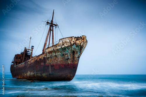 Foto op Aluminium Schip A rusty ship on water.