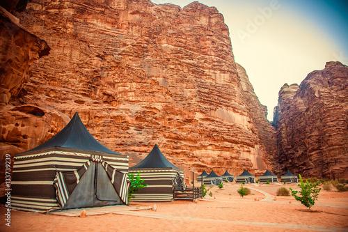 Photo  Camping along the rocks in Petra, Wadi Rum. Jordan