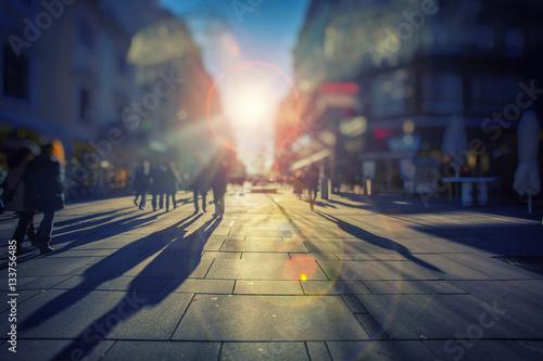 Zdjęcie XXL Tłum anonimowych ludzi chodzących na ruchliwej ulicy miasta