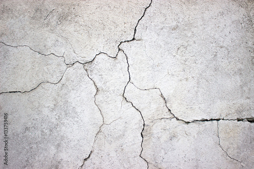 Fotografía cracked concrete wall covered with gray cement texture as backgr