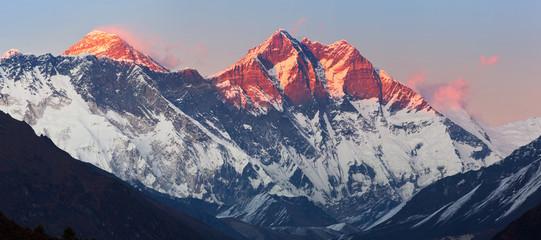 Panoramiczny widok na nepalskie Himalaje w dystrykcie Solukhumbu (Park Narodowy Sagarmatha) o zachodzie słońca: szczyty Nuptse, Everest, Lhotse