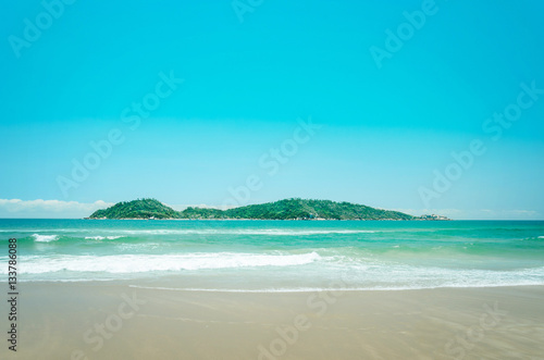 Staande foto Turkoois Campeche Island: Beach and an island in the background on a beautiful sunny day landscape.