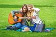 canvas print picture - Fröhliche, jungen Frauen im Park