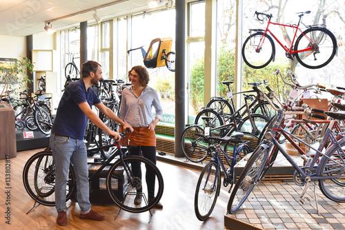 Zdjęcie XXL Sklep rowerowy: Sprzedawca i klient w punkcie sprzedaży // sklep rowerowy