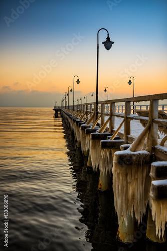 Obraz Zimowy wschód słońca na molo - fototapety do salonu