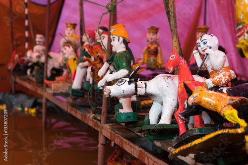 Cadres-photo bureau Bangkok Common Vietnamese water puppets behind puppetry state. The control room is dark to hide puppeteers and instruments