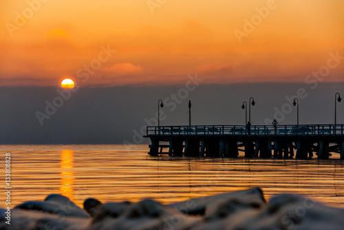 Obraz Wschód słońca w Gdyni Orlowie z widokiem na molo - fototapety do salonu