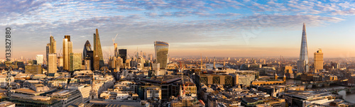 Photo sur Toile Londres Sonnenuntergang hinter der neuen Skyline von London