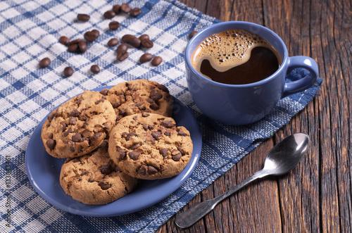 kawa-i-ciasteczka-na-delikatnym-obrusie