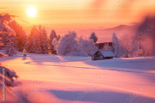 Poster Crimson Wunderschöner Sonnenaufgang an einem kalten Wintertag im Erzgebirge mit einer kleinen Holzhütte im Hintergrund