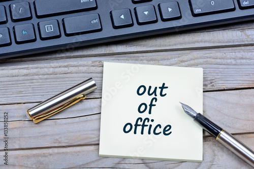 Fotografía  Out of office words on notes