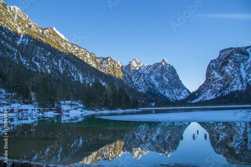 Poster Reflexion Riflesso delle montagne innevate sul lago di Dobbiaco