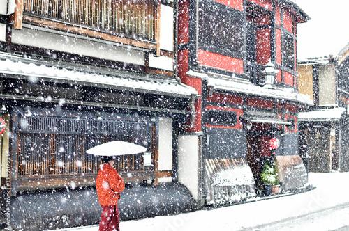 In de dag Kyoto 京都祇園の雪景色