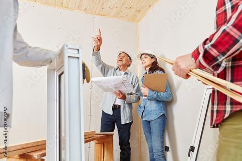 Fotografia Architekten planen Sanierung von Haus