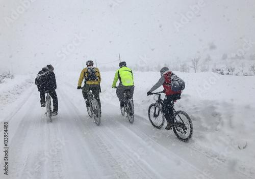 Zdjęcie XXL żądnych przygód rowerzystów w śnieżną pogodę