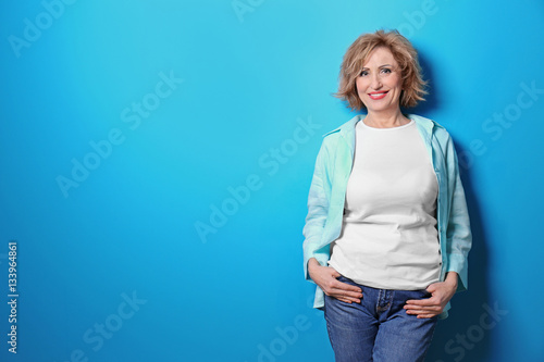 Fotografía  Portrait of beautiful middle-aged woman on blue background