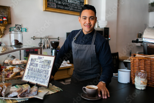 Photo  Hispanic barista serving a coffee