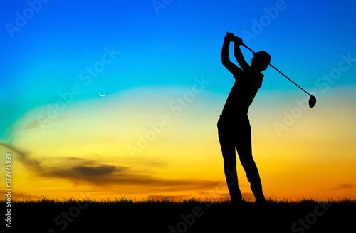 Plakat sylwetka golfista gry w golfa podczas piękny zachód słońca