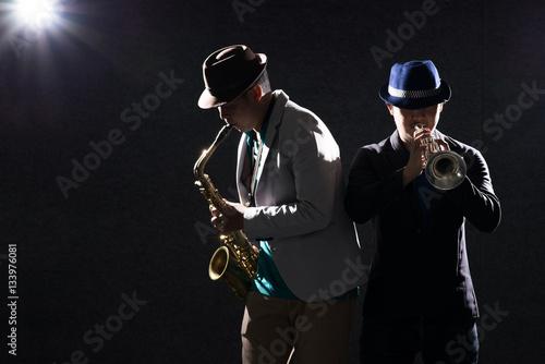 Plakat Duet muzyk w ciemności z efektem flary obiektywu