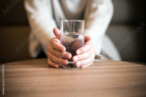 Poster de jardin Bar 水の入ったコップを持つ女性