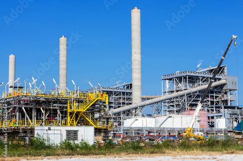 Poster Industrial geb. Refinery tower in petrochemical industrial plant with cloudy sky