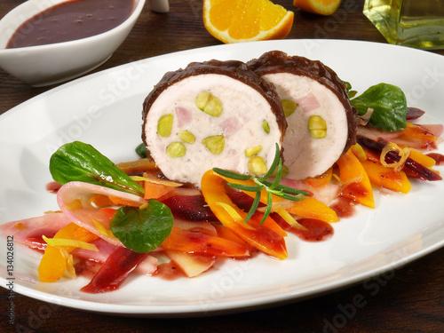 Garden Poster Appetizer Vorspeise mit Geflügel auf Wurzelsalat
