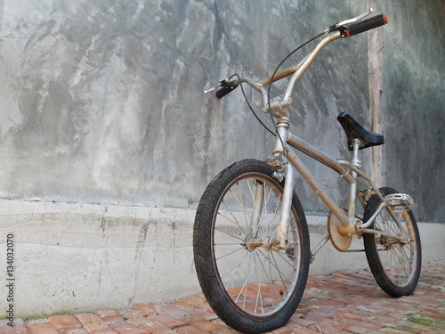 Türaufkleber Fahrrad One Bike,Bicycle vintage style, Concrete wall,ฺBMX Bike.