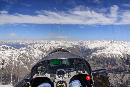Cockpitaussicht über schneebedeckte Berge