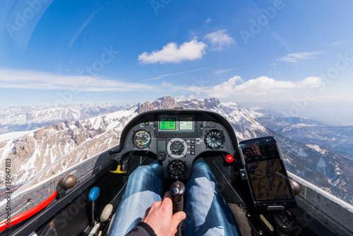 Cockpitaussicht über schneebedeckte Berge mit Wolken
