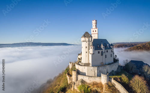Foto op Plexiglas Kasteel Marksburg im Nebel